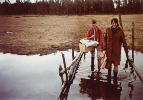 Mamma & Gerd passerar vattendrag