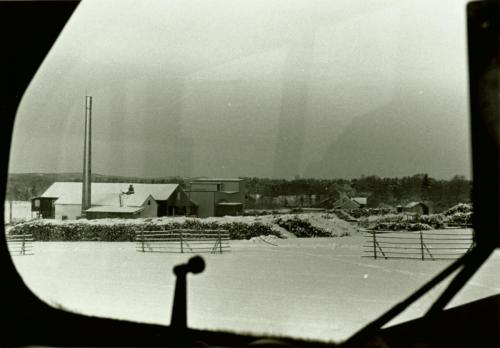 1970-talets slut Mosjöns sågverk taget från lokfönster